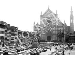 Piazza Santa Croce con parcheggio auto