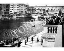 1955 0081 canottieri in Arno al Ponte Vecchio