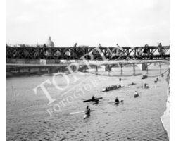1955 0083 canottieri in Arno passerella Santa Trinita Carraia