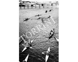 1955 0084 canottieri in Arno passerella Santa Trinita Carraia