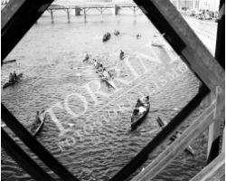 1955 0085 canottieri in Arno dalla passerella di Santa Trinita