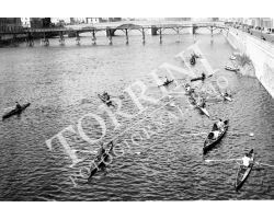 1955 0086 canottieri in Arno passerella al ponte Carraia