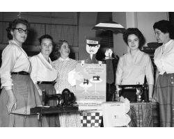 1955 03479 donne  macchina da cucire SINGER