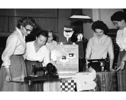 1955 03480 donne  macchina da cucire SINGER