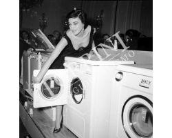 1956  01624  presentazione lavatrice donna modella