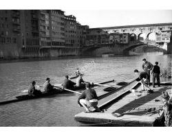 1956 00019 canottieri  in arno al Ponte vecchio