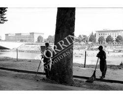 1955 03590 pittore sull\'Arno lungarno Colombo con netturbino asnu