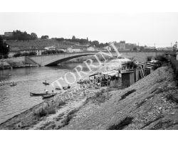 1955 03948 ponte San Niiccolò barche in Arno