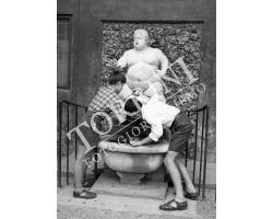 1955 03999 bambini  fontana di Bacco in Boboli