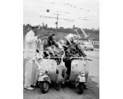 1955 04014 turiste in Vespa Vigile Urbano
