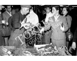 1953 0090 Spesa al Mercato Centrale San Lorenzo