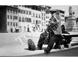 1953 0128 uomo con cane in piazza Santa Croce