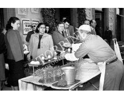 1953 0217 venditore ambulante di sbatti uova