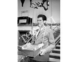 1953 0325 venditore di sigarette