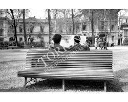 1953 0516 coppia fidanzati sulla panchina giardino D\'Azeglio