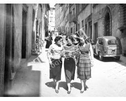 1953 0566 donne leggono il giornale