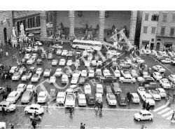1961 02861 Firenze piazza Signoria con auto