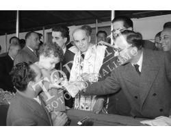 1954 7583 La Pira consegna chiavi nuove case  isolotto Elia Dalla Costa