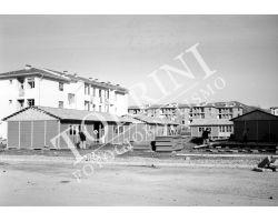 1955 0436 isolotto costruzione baracche
