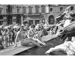 460 - 1969 10107  Ragazze  in Piazza della Signoria fontana del Biancone