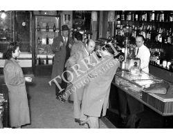 1953 0666 interno di bar