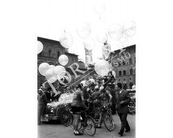1954 2595 palloncini in piazza signoria ciclismo
