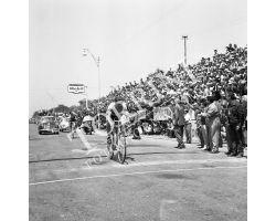 1958 05895 Giro d\'Italia a Forte dei Marmi vince Guido Boni benzina Mobi ciclismo