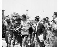 1958 05896 Giro d\'Italia a Forte dei Marmi vince Guido Boni benzina Mobil ciclismo