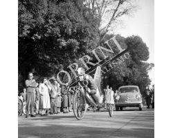 1958 02057 bicicletta volante alle Cascine ciclismo