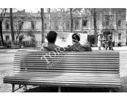 466 1953 0516 coppia sulla panchina giardino D\'Azeglio fidanzati