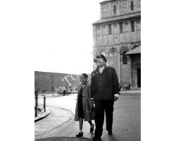 1955 06949 Orson Welles con Rebecca a Pisa