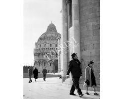 1955 06952 Orson Welles con Rebecca a Pisa