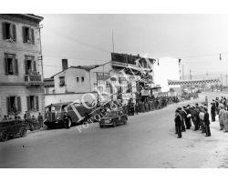1954 2423 arrivo del giro automobilistico della Toscana