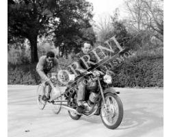 1961 01028 Gastone Nencini si allena con moto guzzi bici ciclismo