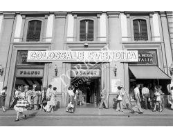 470 - 1976 - 10072  foto storiche firenze piazza repubblica moda d\'italia negozio frangi