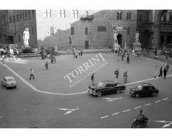 1957  9473  foto storiche firenze  auto in  piazza signoria