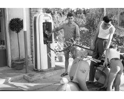 1956  8616  Foto storiche  Firenze vespa  distributore benzina