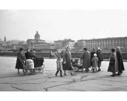 1956  1444  Foto storiche Firenze  mamme sul  Lungarno Vespucci