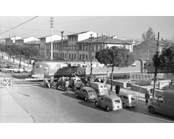 1957 L085 Passaggio a Livello Lungo l\'Africo de Amicis treno auto FIAT Giardinetta 600 01Littorina