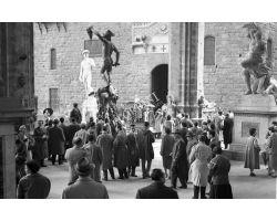 1958  03390 Foto storiche Firenze turisti sotto la loggia dei Lanzi Piazza Signoria
