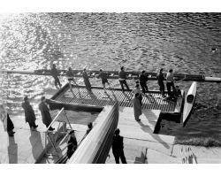 1955 0082 canottieri in Arno passerella Santa Trinita Carraia