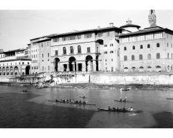 1956 00023 canottieri  in arno agli uffizi