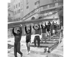 1959 00018 canottieri in Arno al Ponte Vecchio