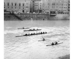 1963 00027 canottieri in Arno il primo dell\'anno
