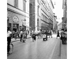 1959 09415 foto storiche Firenze traffico auto in  via Calzaiuoli