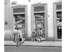 Foto storiche Firenze Negozio con saldi in via Panzani