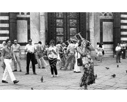 Foto storiche Firenze  turiste in Piazza Duomo