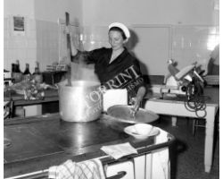 Foto storiche Firenze  donna cuoca  al lavoro in cucina