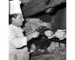 Foto storiche Firenze  cuoco girarrosto Ristorante Uliveta Antella