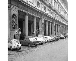 Foto storiche Firenze  Automobili parcheggiate agli uffizi
